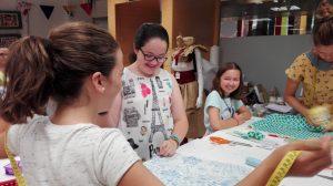curso de costura para niñas en alfiler de gancho