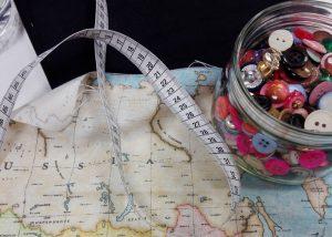 """materiales, cinta de medir y botones, Cursos de """"Post-Iniciación"""" a la costura"""
