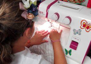 Niña, aprende a coser
