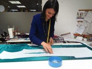 alumna realizando un patrón de vestido