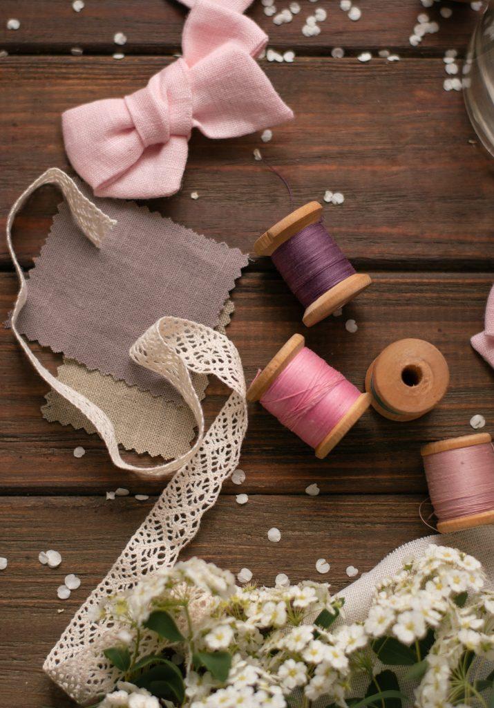 hilos, puntillas y telas de color